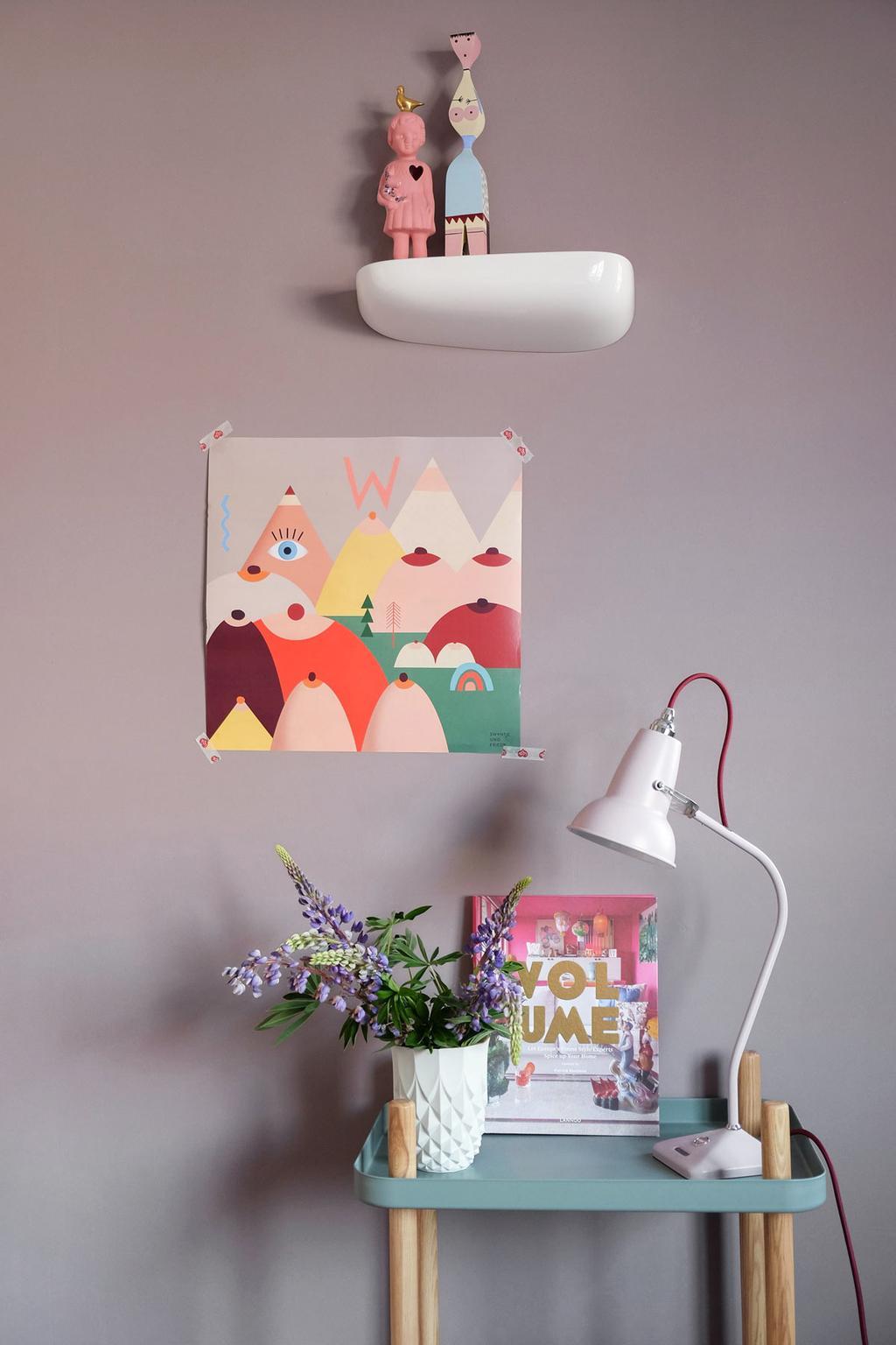 Bureaulamp Anglepoise op een bijzettafeltje