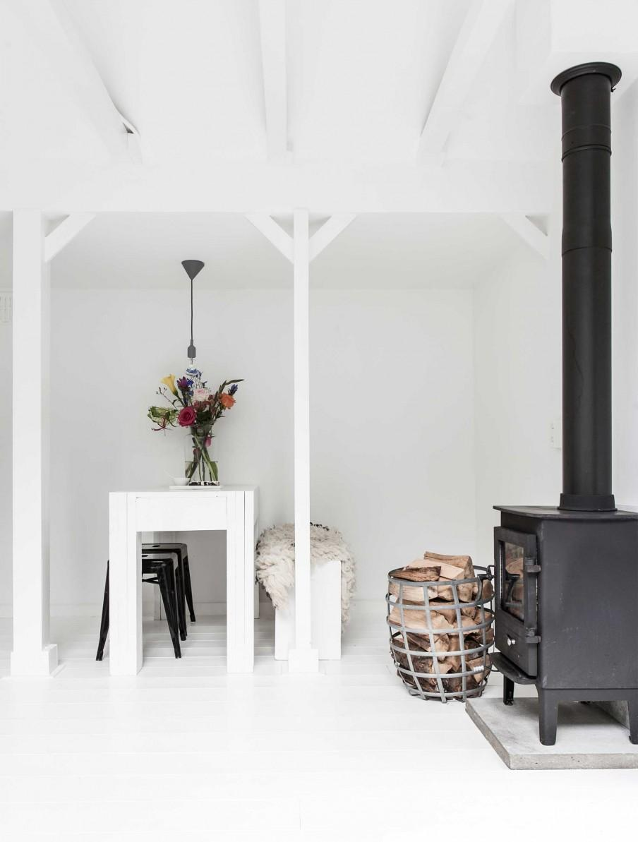 table blanche et poêle à bois