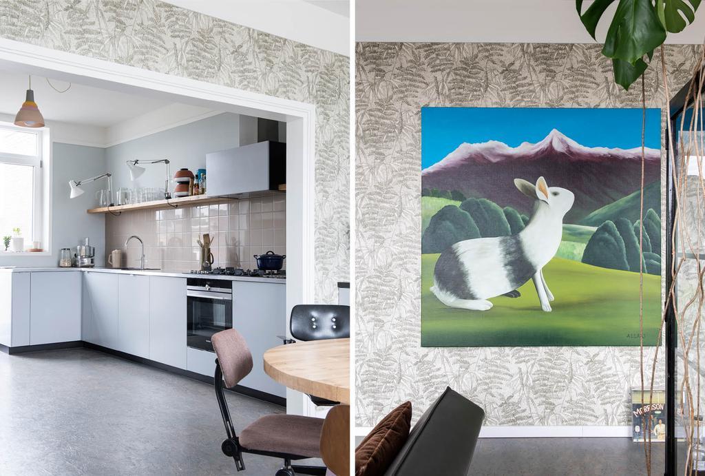 Grijze keuken met konijnen schilderij bij de eettafel