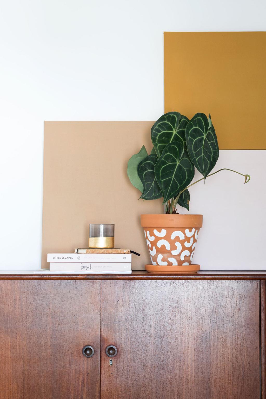 Blogger Marij Hessel van My Attic gebruikt de kleur Spiced Honey in combinatie met plant Anthurium Clarinervium.