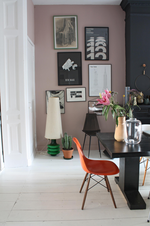 Roze wand met fotolijsten