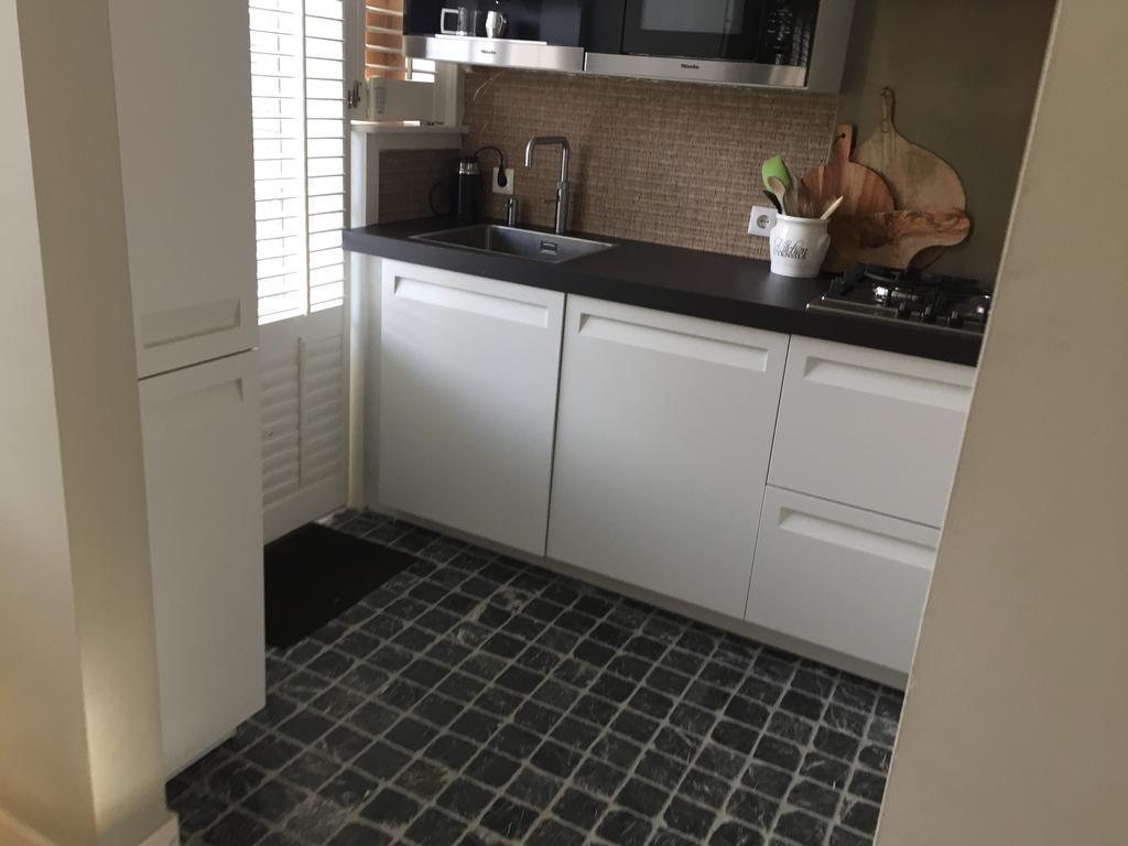 de-vloer-hebben-we-zelf-gelegd-omdat-we-een-jaren-30-huis-hebben-vonden-we-deze-vloer-goed-bij-het-huis-en-de-visgraatvloer-in-onze-woonkamer-passen