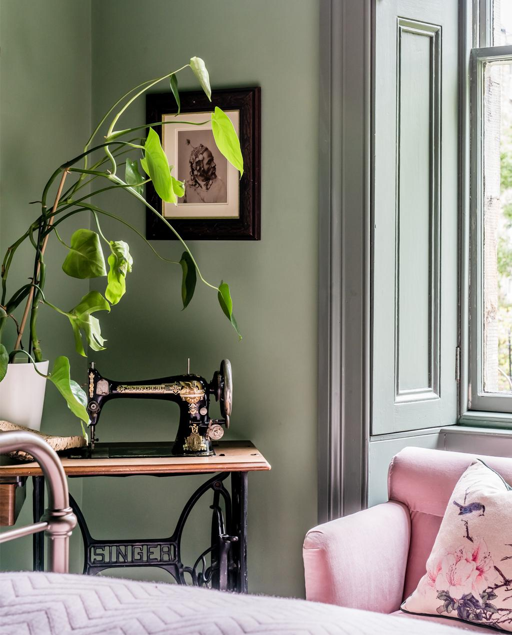vtwonen 10-2020 | groene muur met roze bank en schilderij