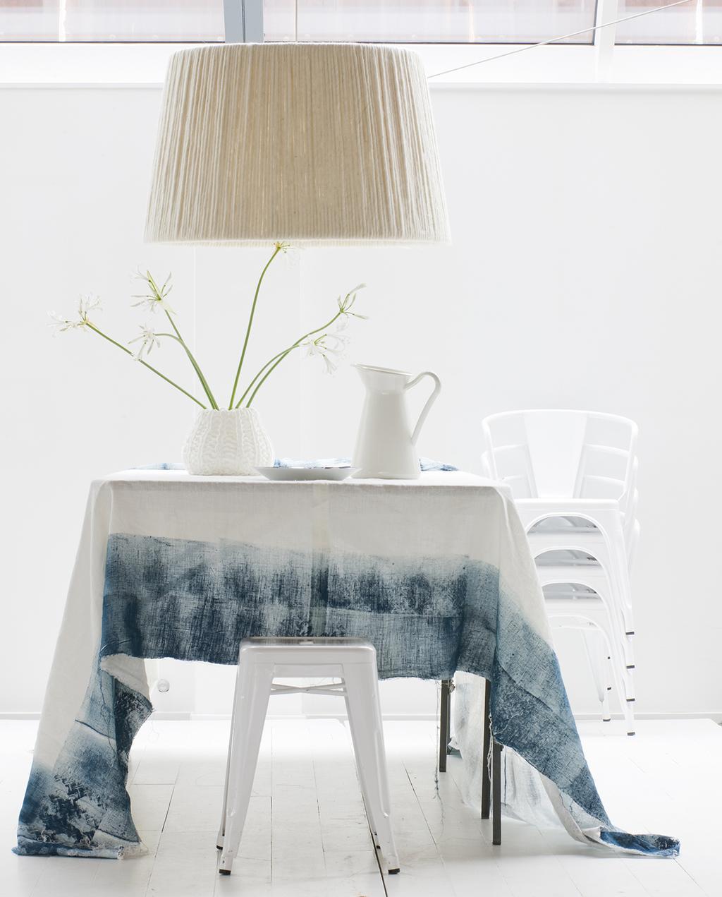 vtwonen 01-2010 | rustige paastafel met blauw tafelkleed