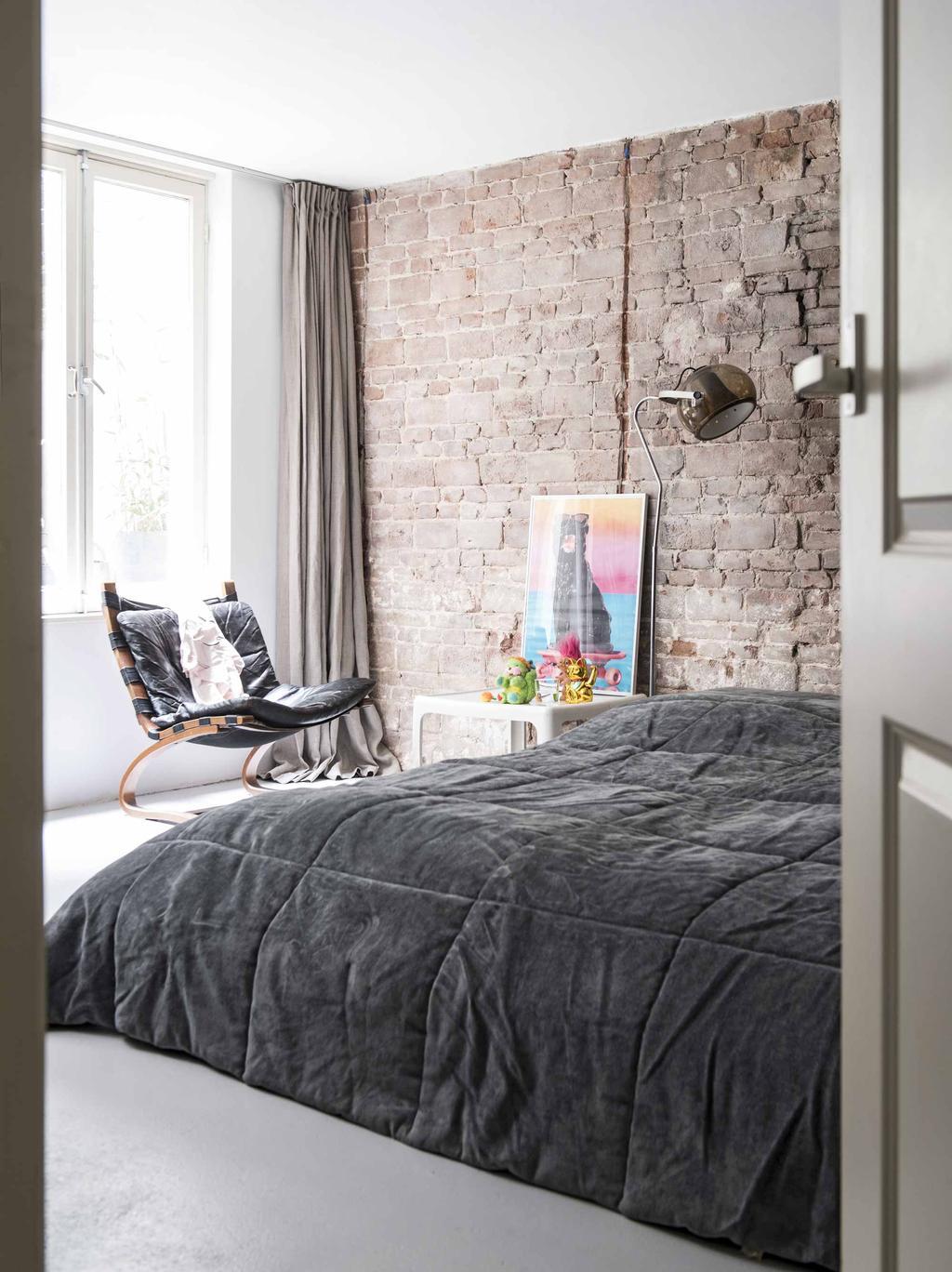 Slaapkamer met brick wall