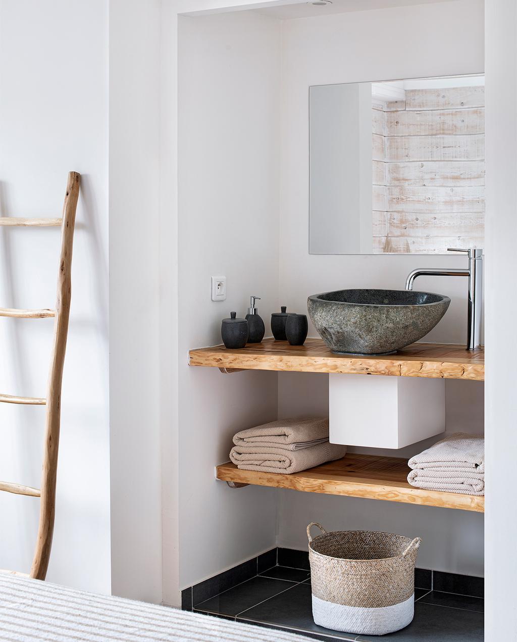 vtwonen binnenkijk special 07-2021   badkamer met houten planken ingebouwd in de muur met handdoeken en manden