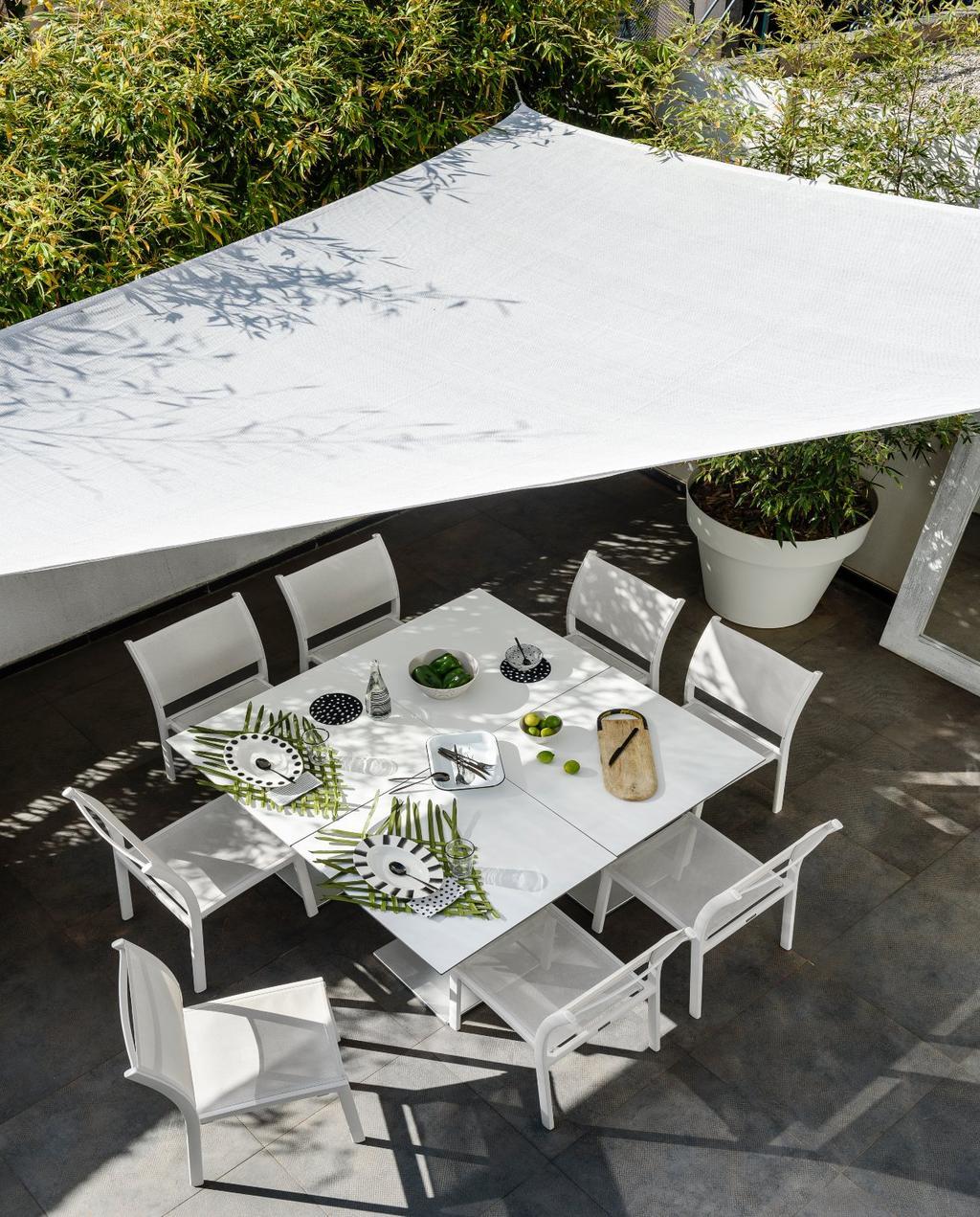 vtwonen 07-2020 | binnenkijken cannes strandhuis terras met witte eettafel en stoelen