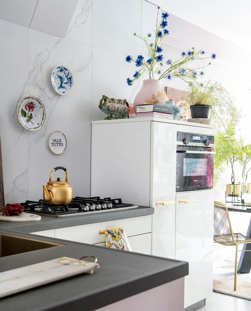 vtwonen 06-2021 | keuken met een vleugje marmer met borden aan de wand I authentiek en excentriek
