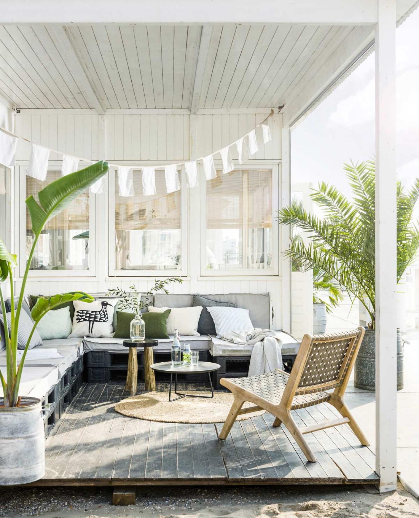 Terrasmeubels met groene planten en tapijt