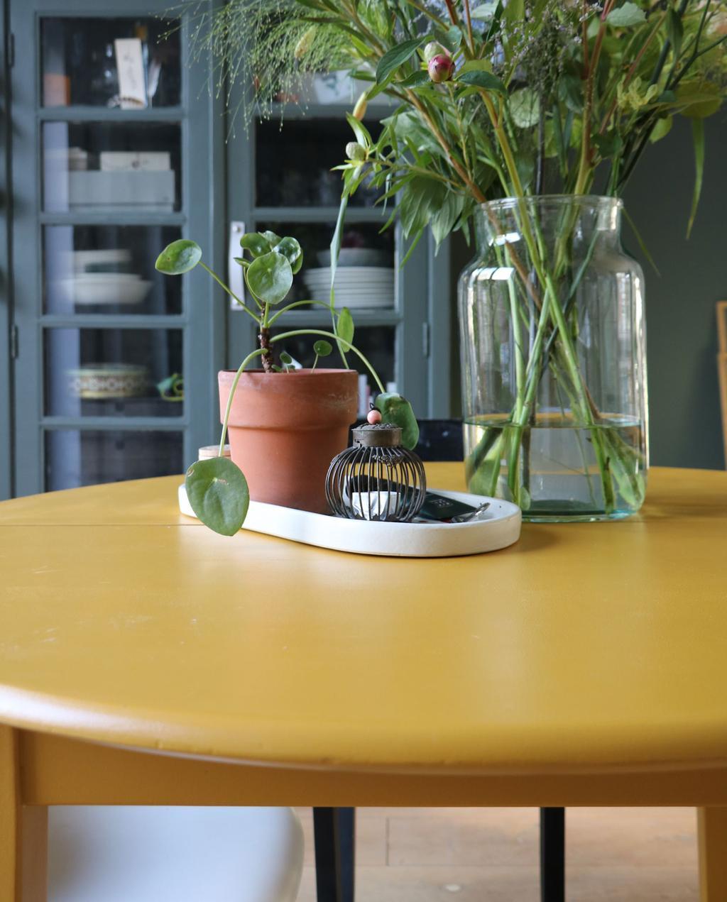 vtwonen en marktplaats   de interieurvondst van rolien: ronde uitschuifbare tafel   okergele ronde eettafel