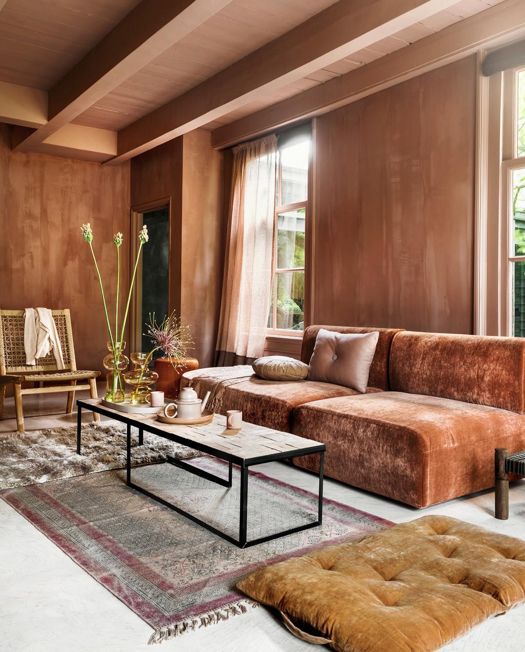 vtwonen 11-2020 | kies voor een warme sfeer tijdens het inrichten van de woonkamer met terra kleuren