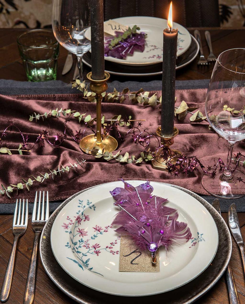 vtwonen 2020-12   Binnenkijken kersthuis   gedekte tafel met de kleur paars