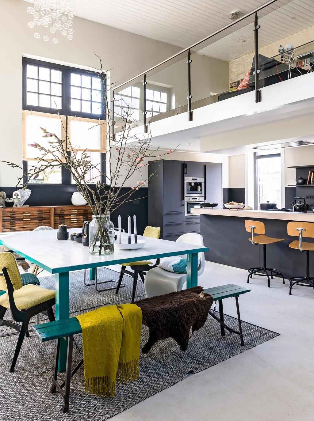 vtwonen binnenkijk special 2016 | oude muziekschool moderne glazen vide in keuken en woonkamer