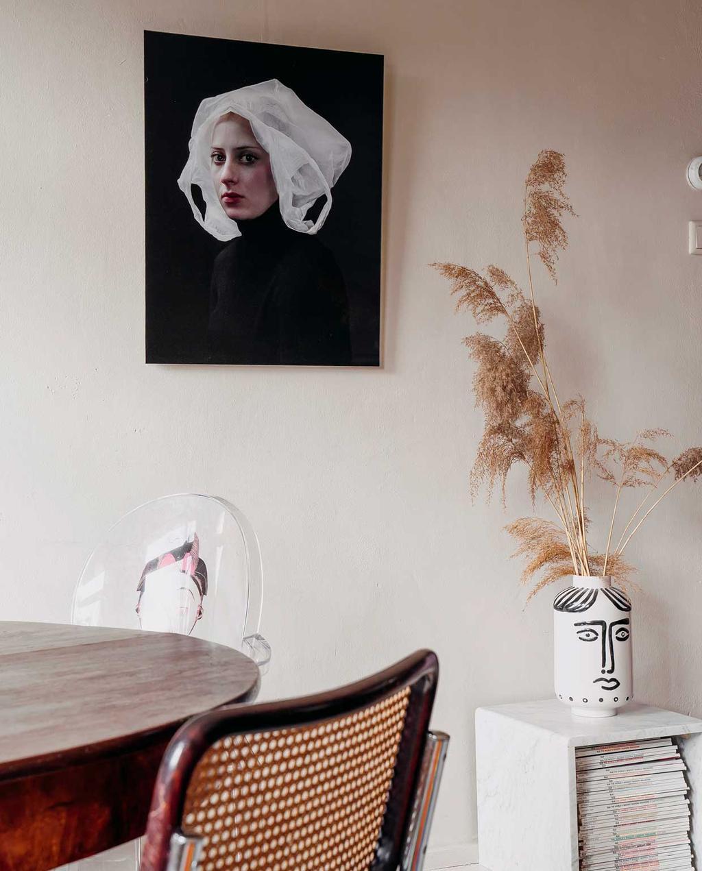 vtwonen 11-2020 | binnenkijken in een bont en persoonlijk familiehuis | eettafel met kunst