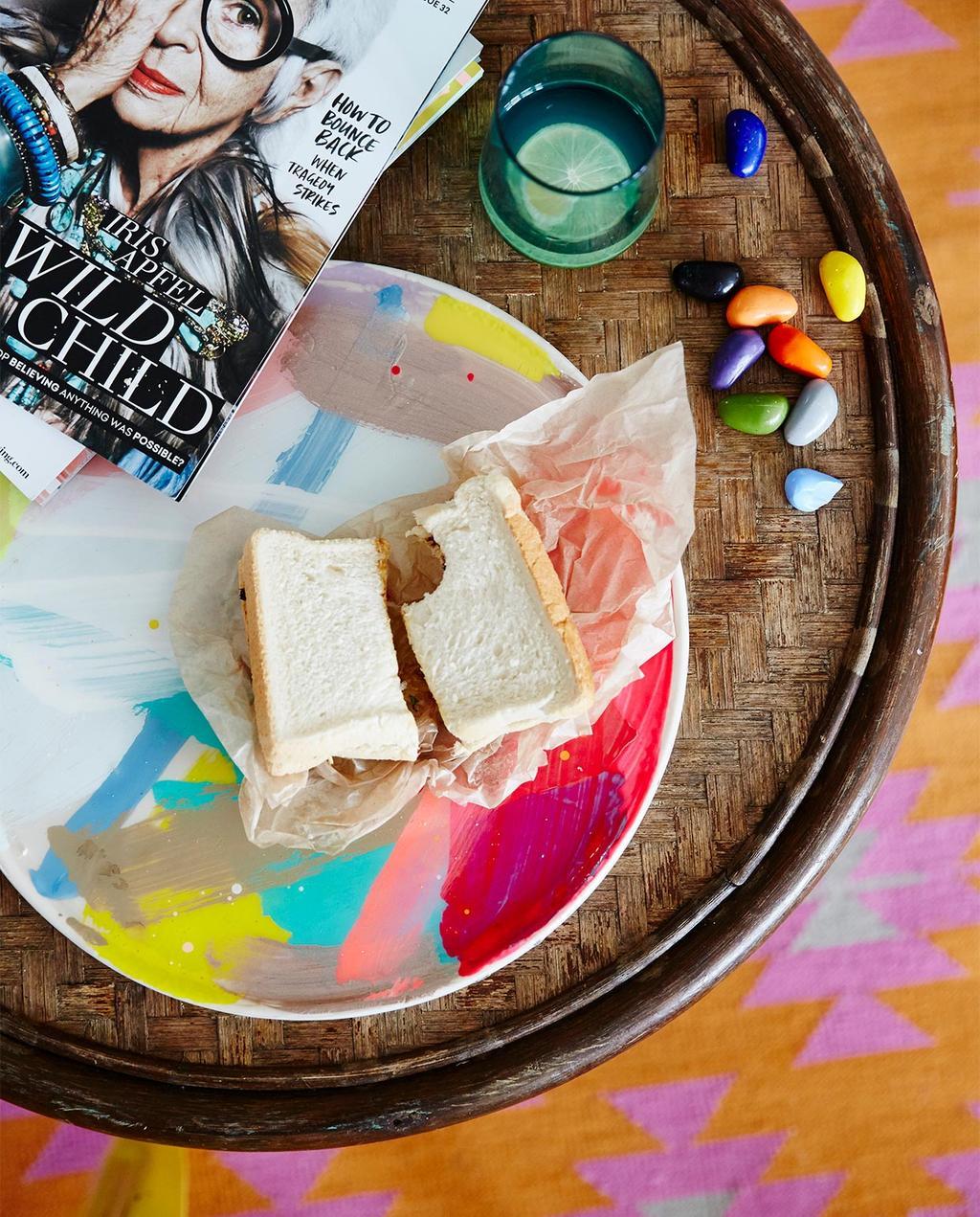 vtwonen binnenkijken special 07-2021 | ronde bijzettafel met een rond bord met een witte boterham en een tijdschrift