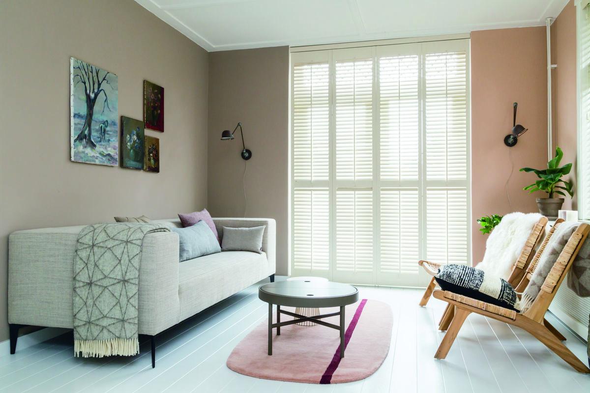 kleurentrends beige muren witte vloer raam met shutters lichte bank