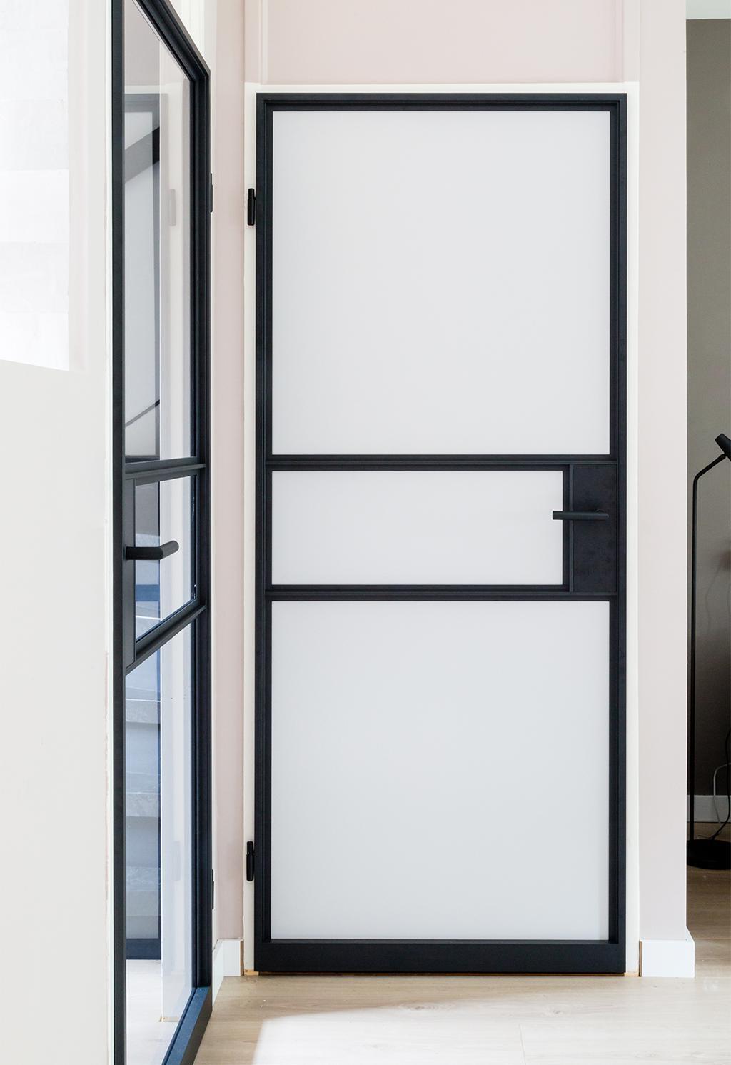 vtwonen GewoonGers stalen deuren | gang met twee stalen deuren
