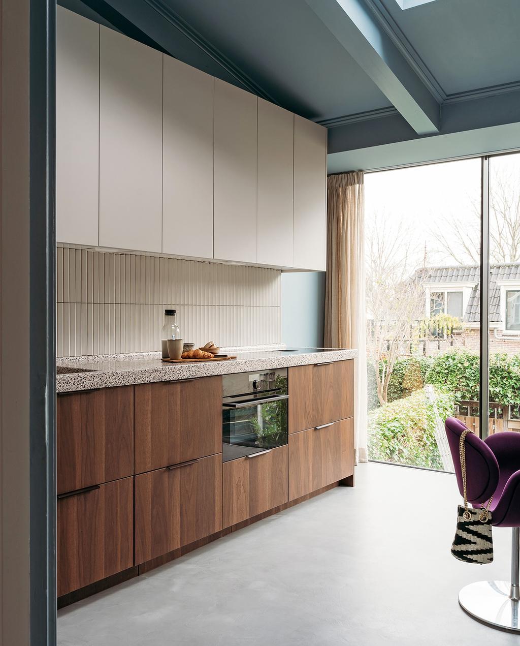 vtwonen 03-2021 | keuken met wandtegels en raam