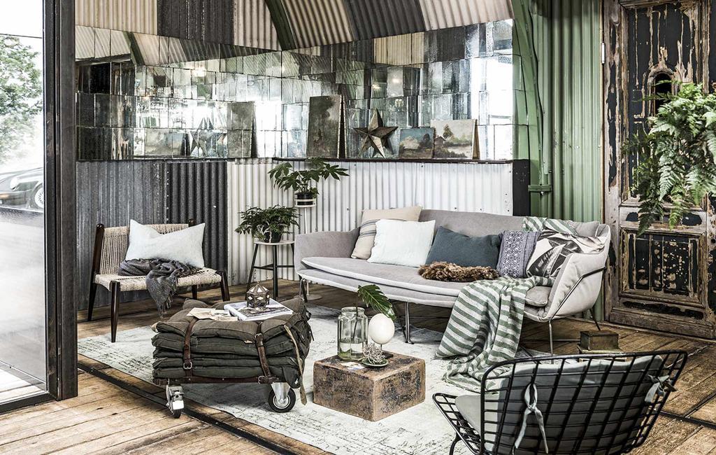 vtwonen 04-2017   vakantiegevoel in huis met een industrieel lounge terras, gevlochten stoel en vloerkleed