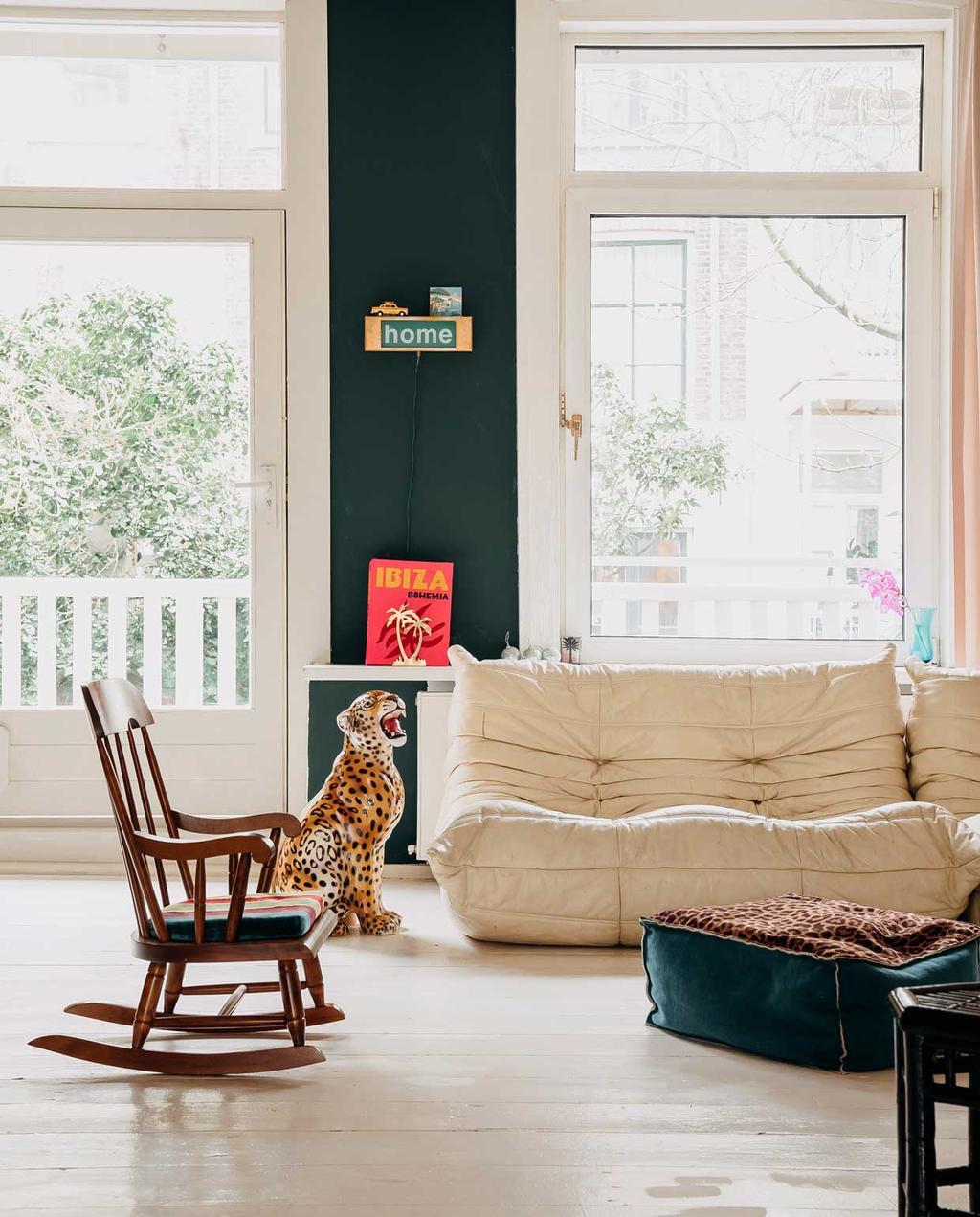 vtwonen 11-2020 | binnenkijken in een bont en persoonlijk familiehuis | witte bank met schommelstoel