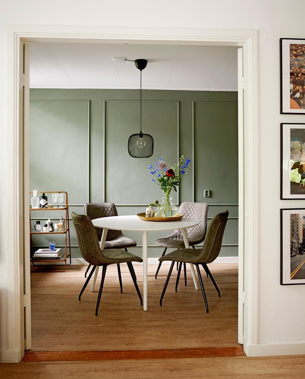 vtwonen special tiny houses | ronde eettafel met leren stoelen en groene achterwand I jaren 30-appartement