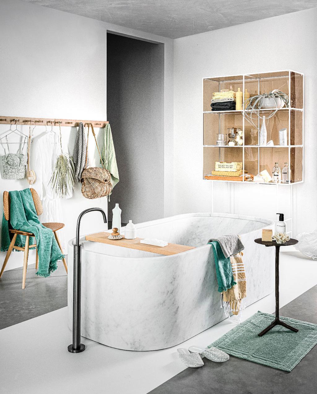 vtwonen 10-2020 | trendhuis liza bright bubble badkamer met marmeren bad