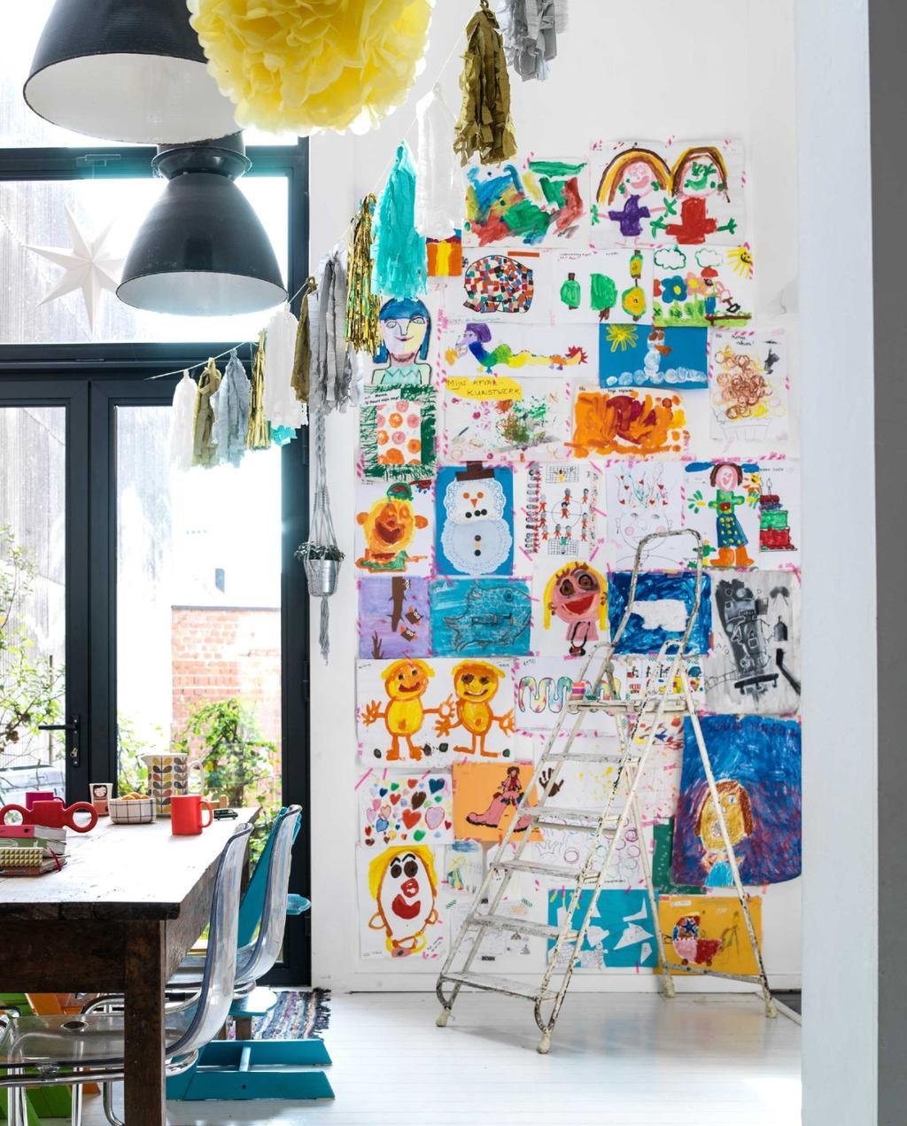 Kunstwerken en tekeningen van de kinderen opruimen