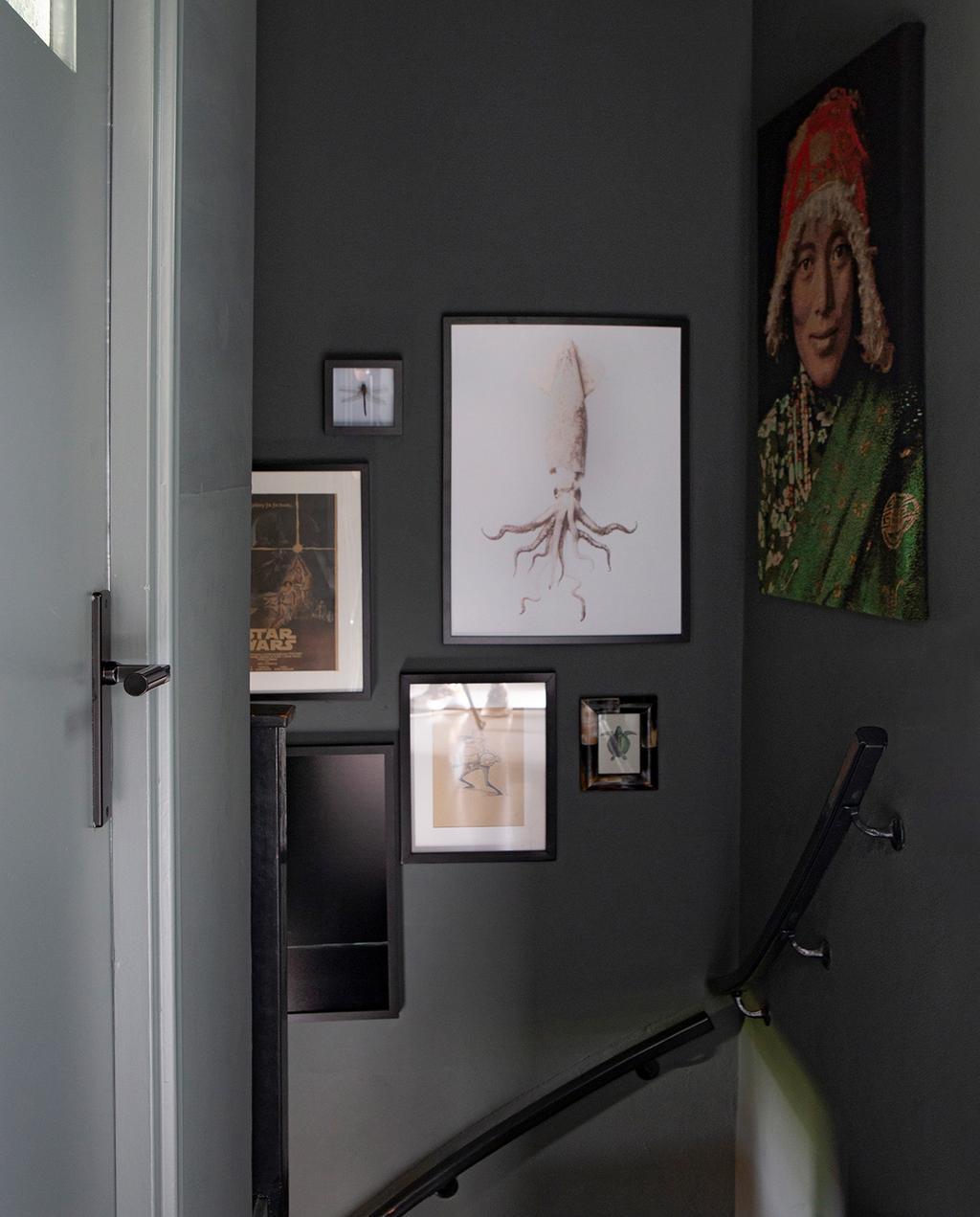 vtwonen 06-2021 | gang met trap en veel verschillende kunstwerken aan de muur I 2-onder-1-kap