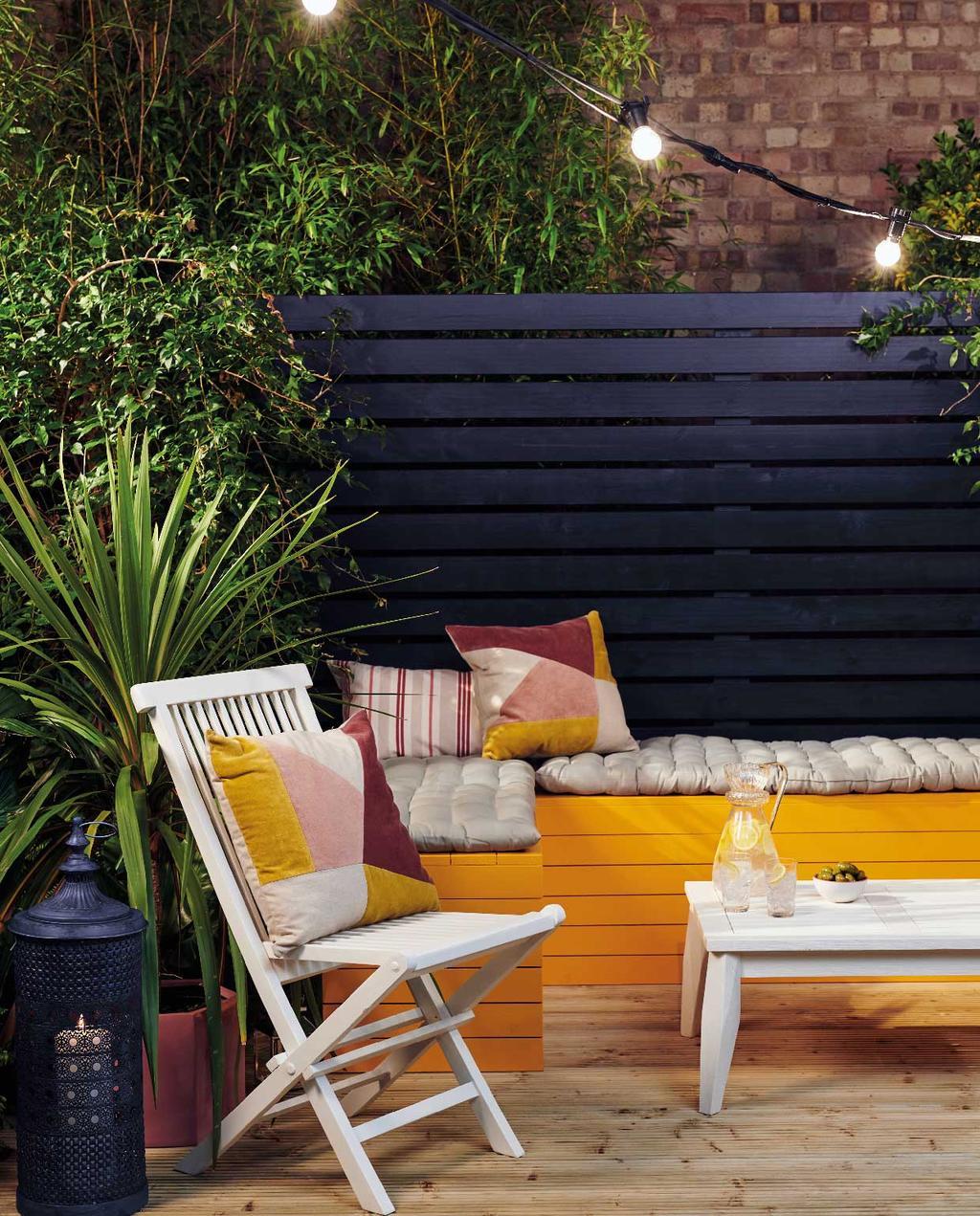vtwonen blog Kristel | kleur kiezen in tuin blauwe schutting en oranje bank