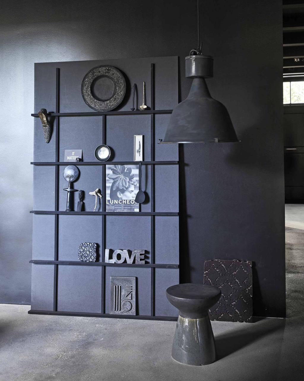Een zwarte letterbakkast met donkere decoratie