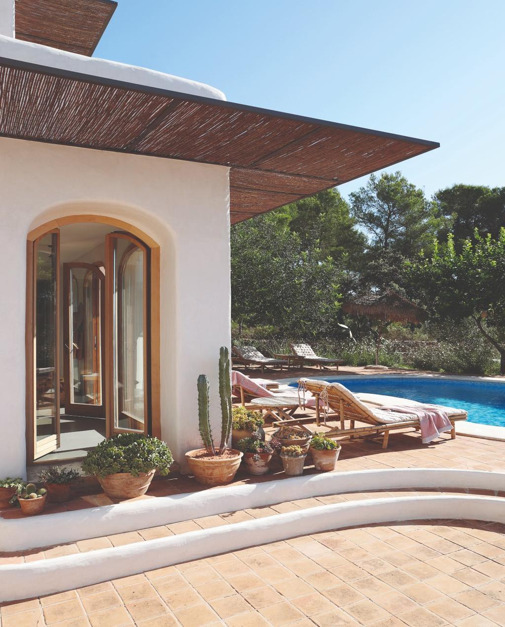 vtwonen 07-2020 binnenkijken ibiza tuin met zwembad