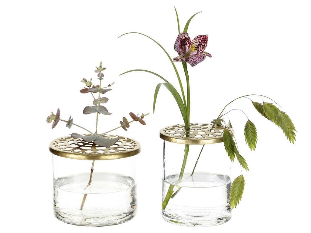 Twee kleine vazen met bloemen van A Simple Mess