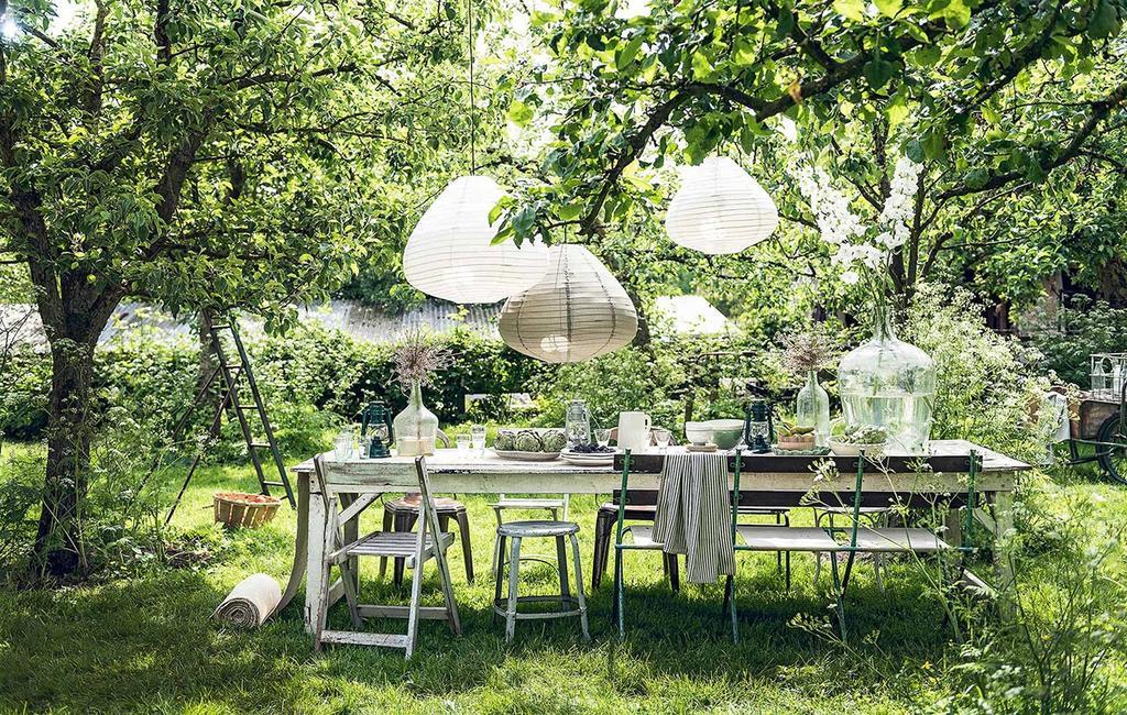 vtwonen 07-2017 | gedekte tafel met witte lampionnen