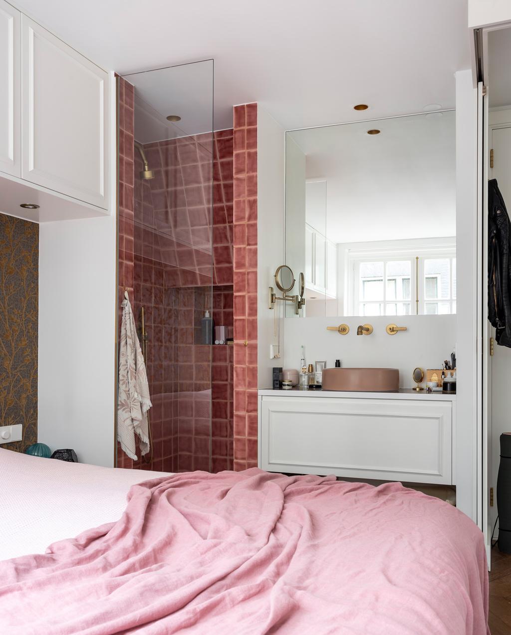 vtwonen special tiny houses | slaapkamer met hotelallure met roze dekbedovertrek