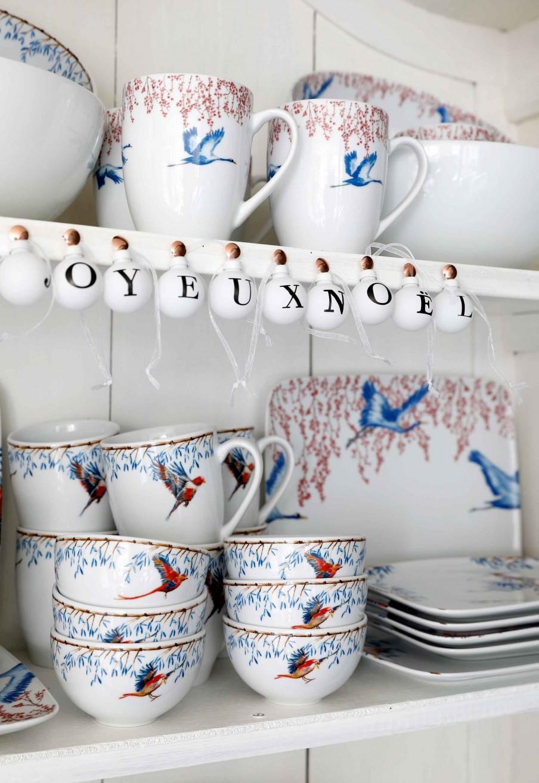 service bleu et blanc avec oiseau
