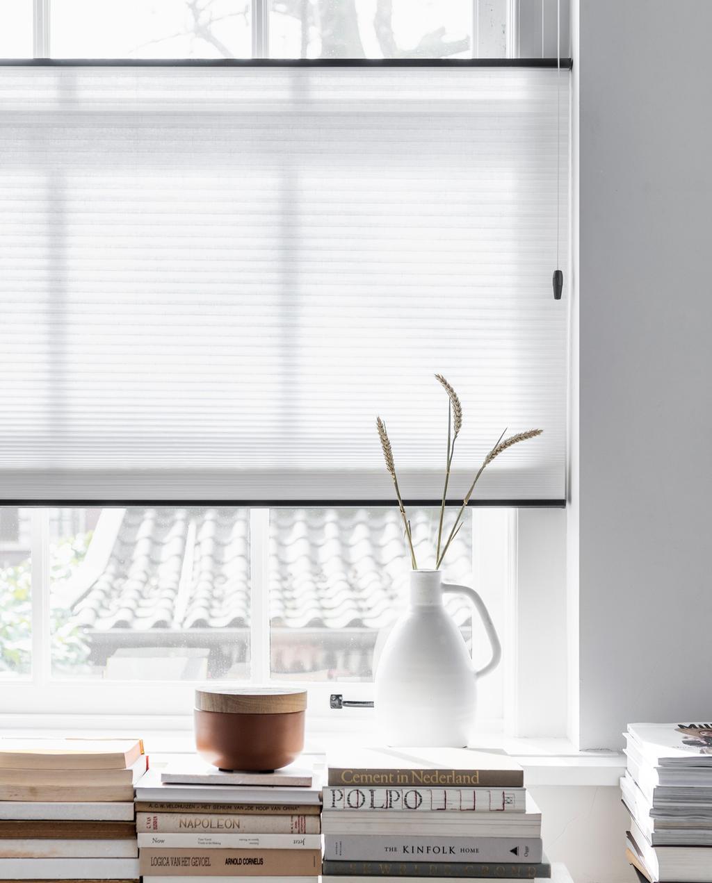 vtwonen 05-2018 | transparante gordijnen laten een donkere kleine ruimte groter en lichter lijken