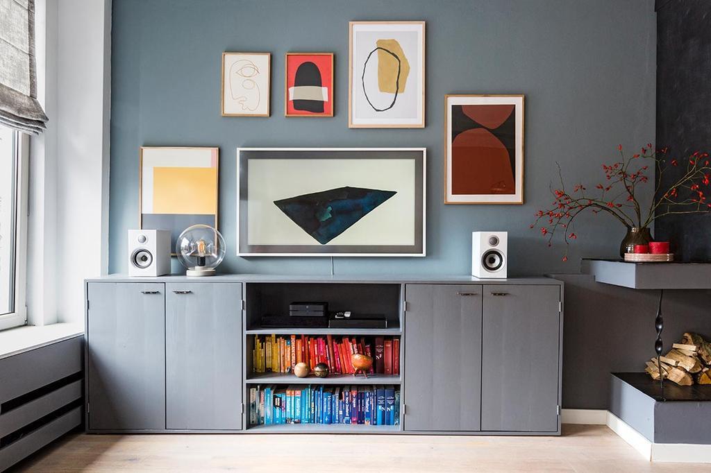 weer verliefd op je huis: televisie als onderdeel van de galerijwand