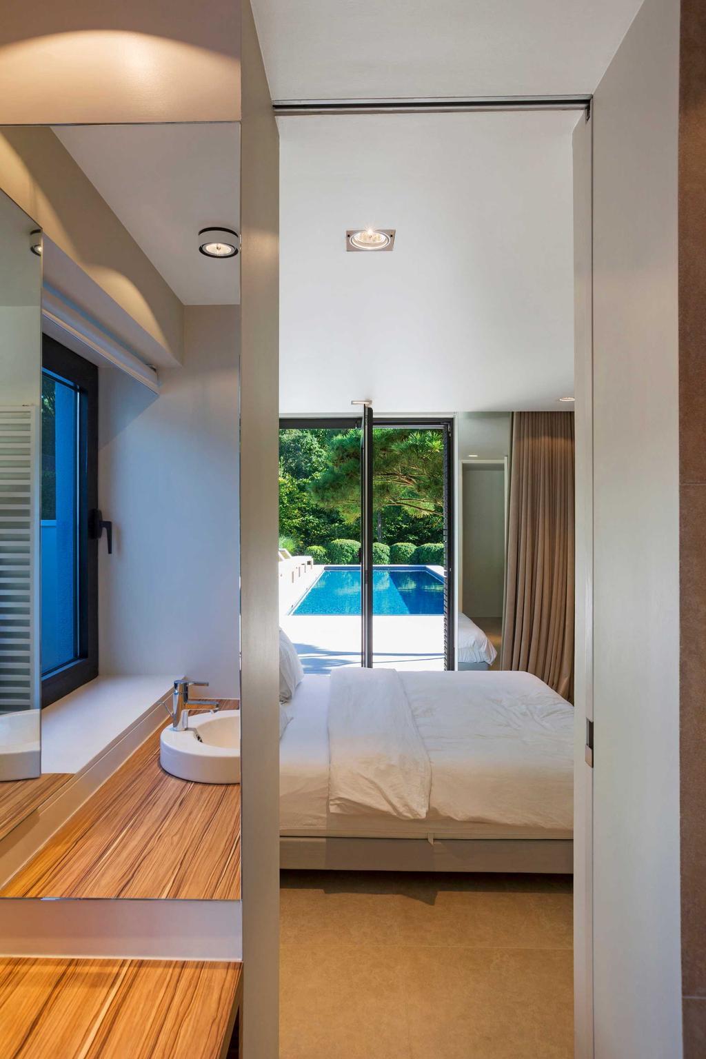 slaapkamer en zwembad