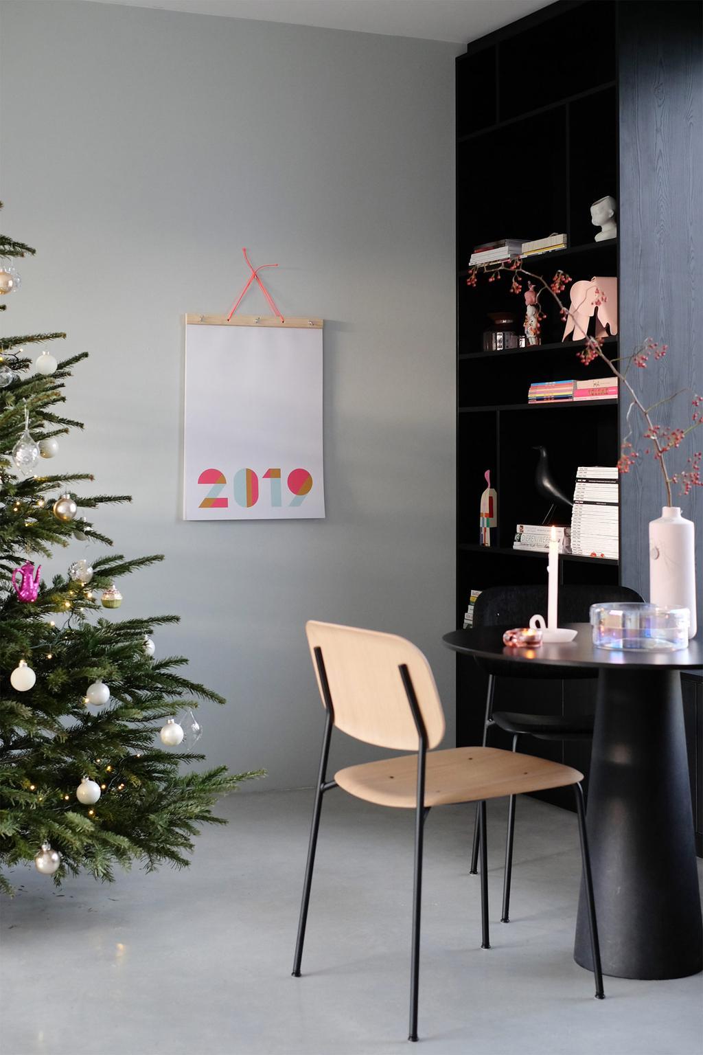 Jaarplanner van ENGEL. staat naast de kerstboom van bloggers PRCHTG.