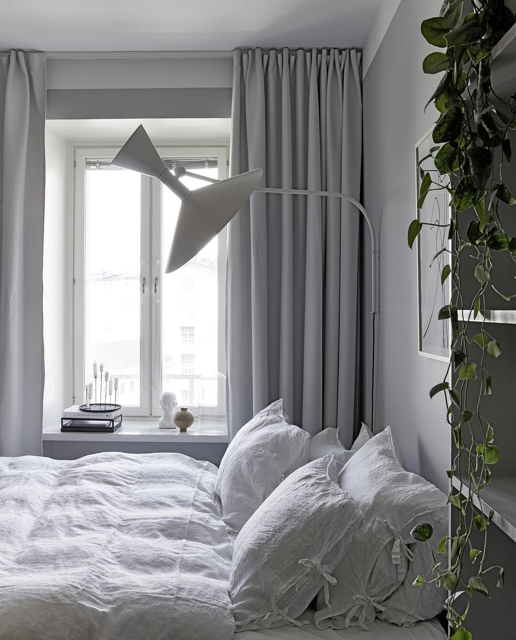 vtwonen special tiny houses | lichtte slaapkamer met wit dekbedovertrek in zwart-witte design loft