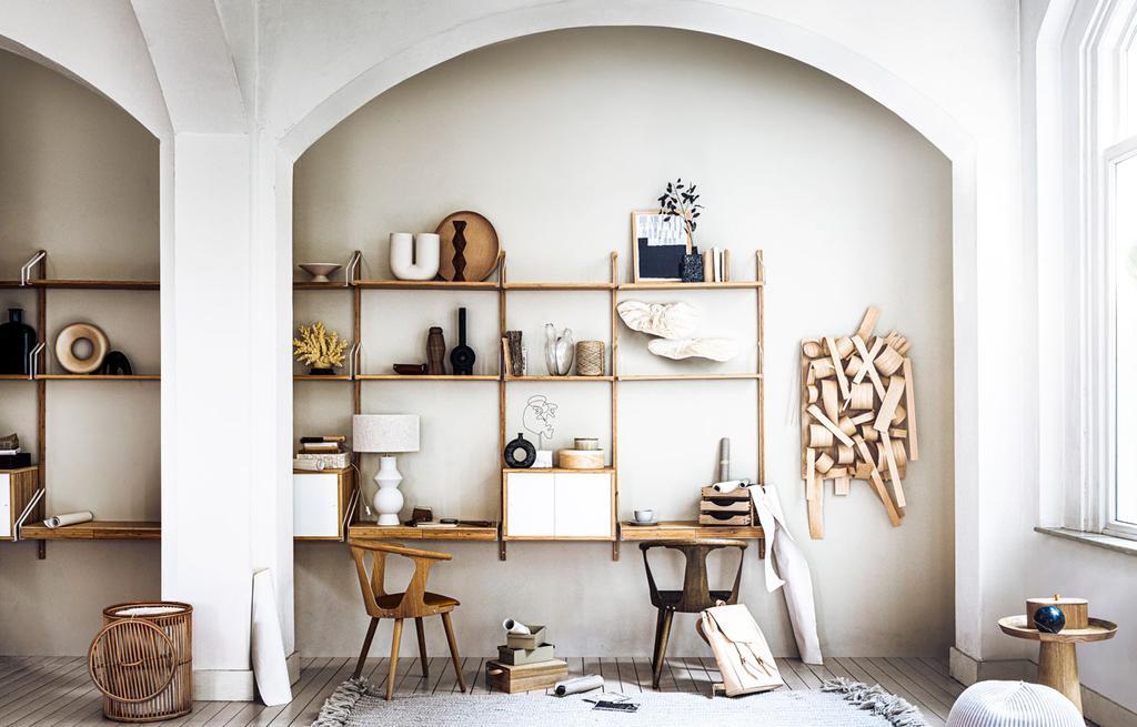 vtwonen 08-2021 | houten wanddecoratie boven het houten bureau
