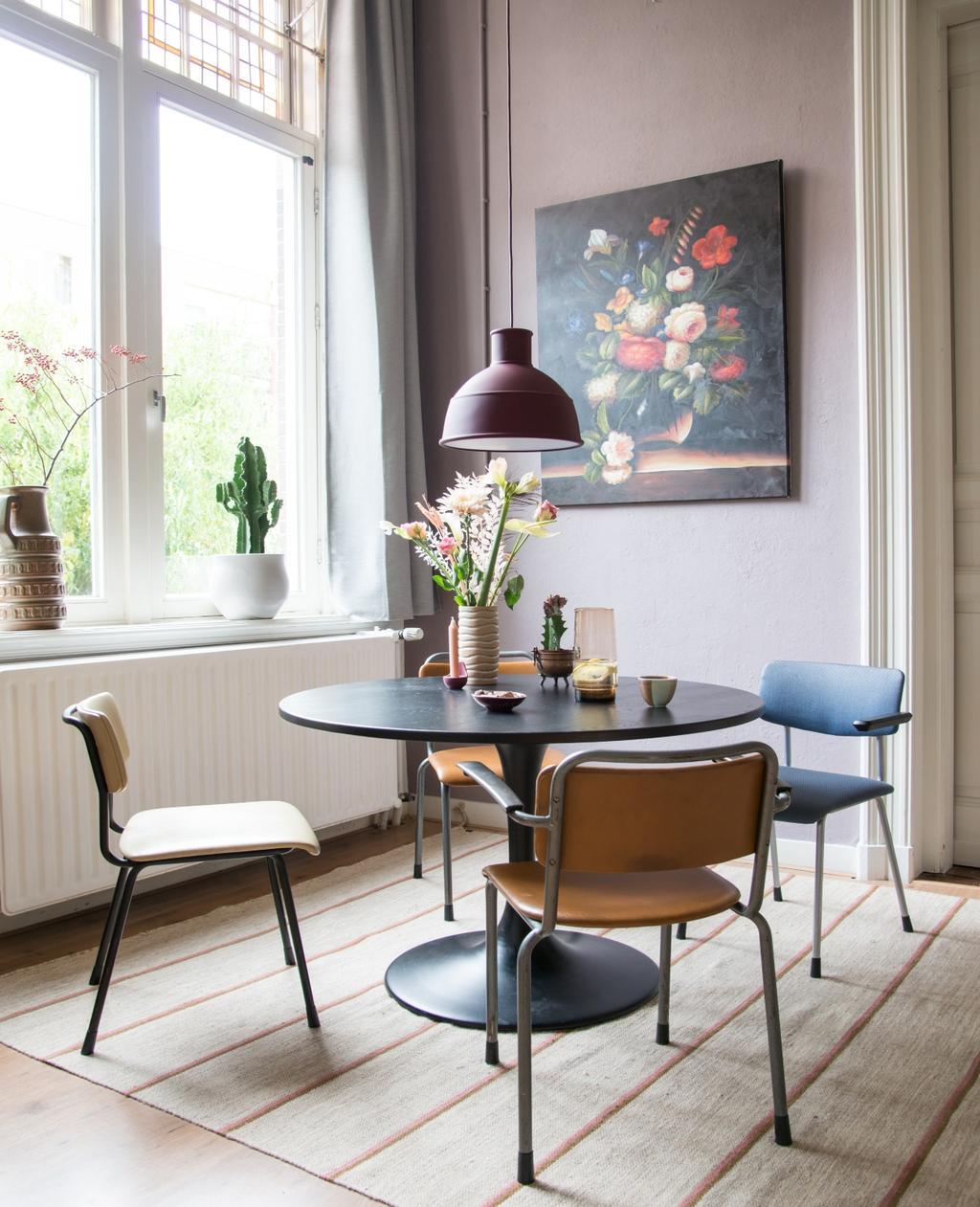 vtwonen 06-2020 | binnenkijken in Nijmegen ronde eettafel met stoelen