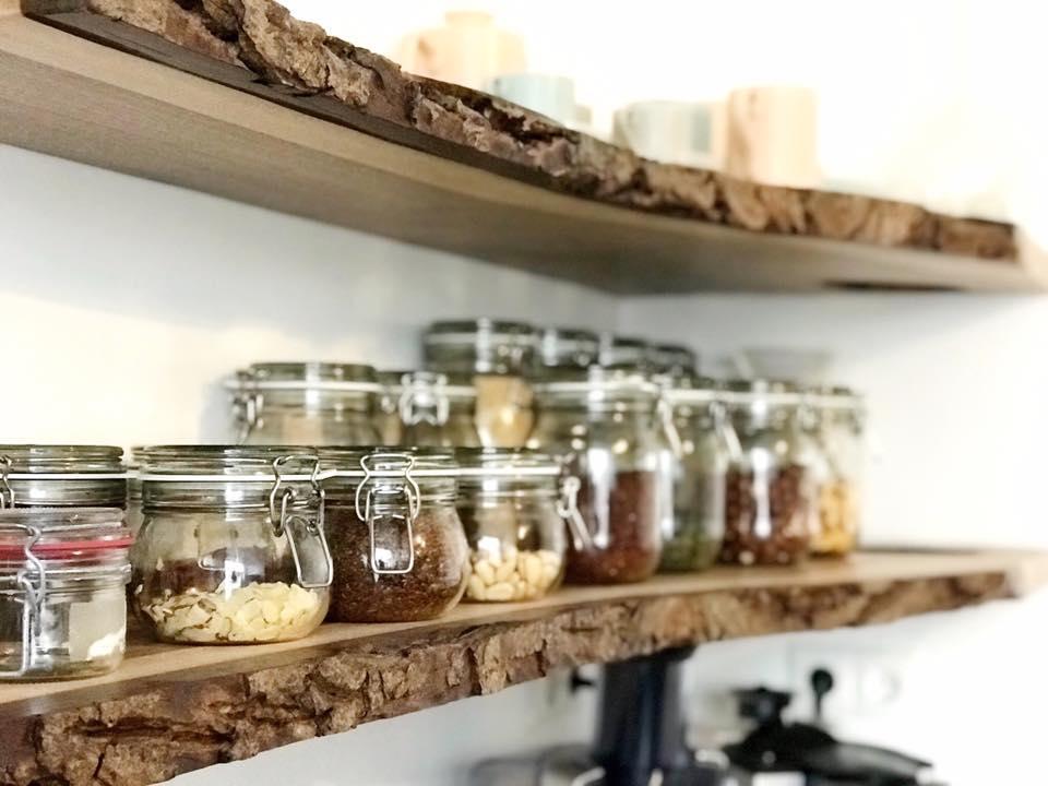 prachtige-notenhouten-planken-aan-de-muur
