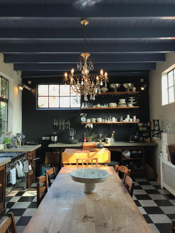 de-heerlijke-woonkeuken-met-hoog-plafond-en-lange-tafel-van-3-30-meter