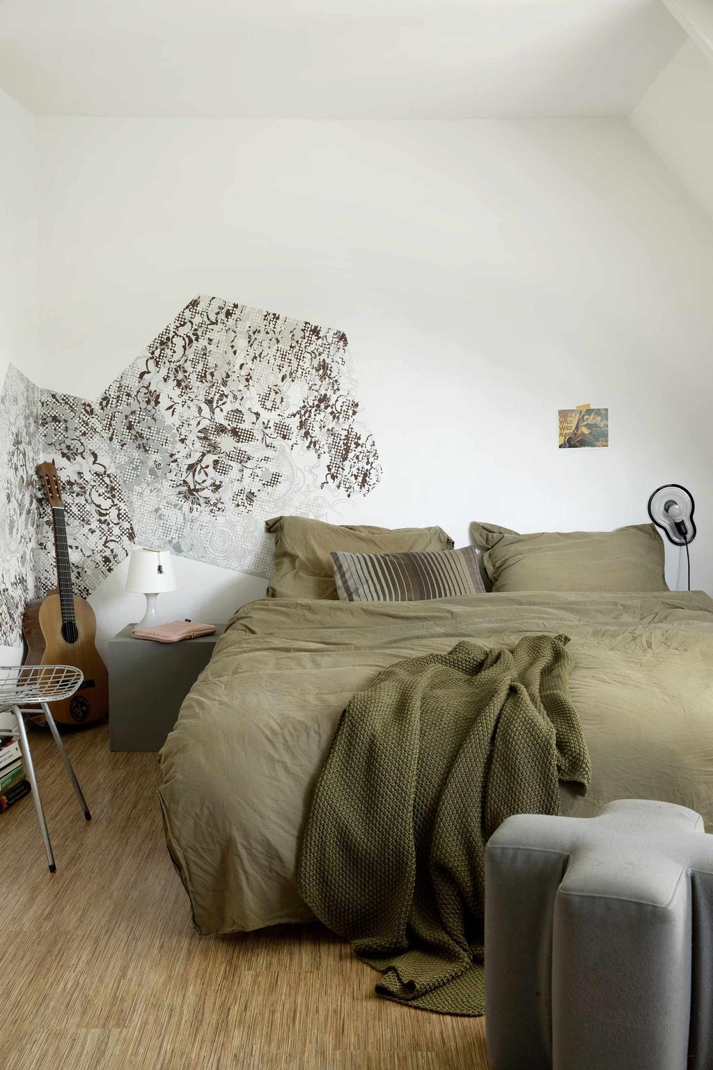 Slaapkamer met groen dekbed gitaar