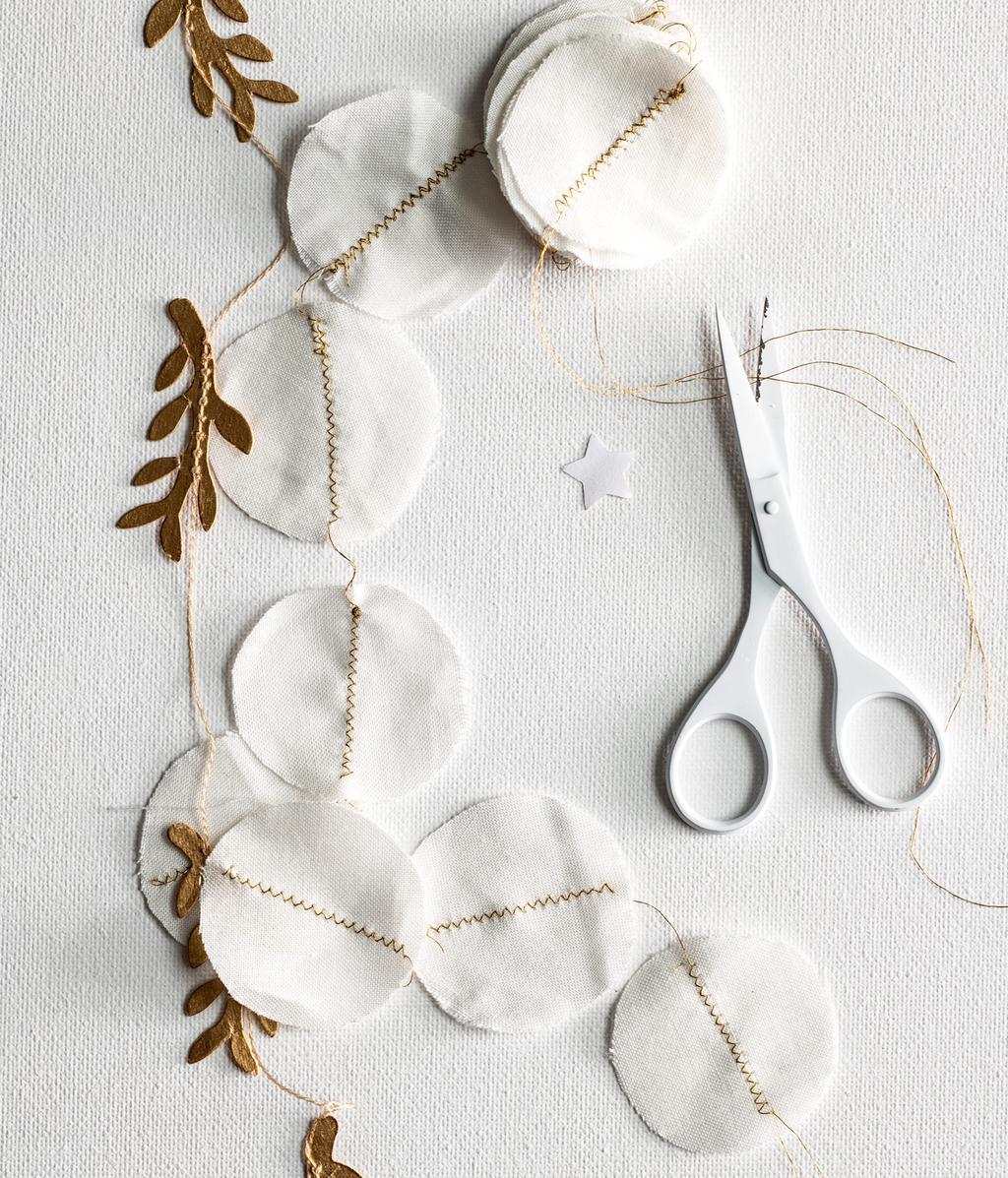 Witte sneeuwslinger | makkelijke kerstdecoraties | DIY | vtwonen 12-2020