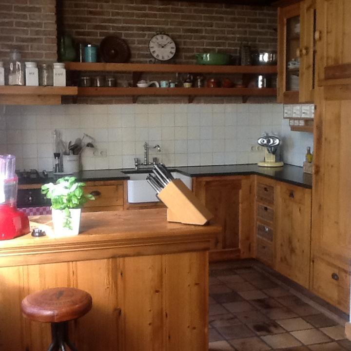 keuken-gemaakt-van-het-het-dak-van-een-150-jaar-oude-boerderij