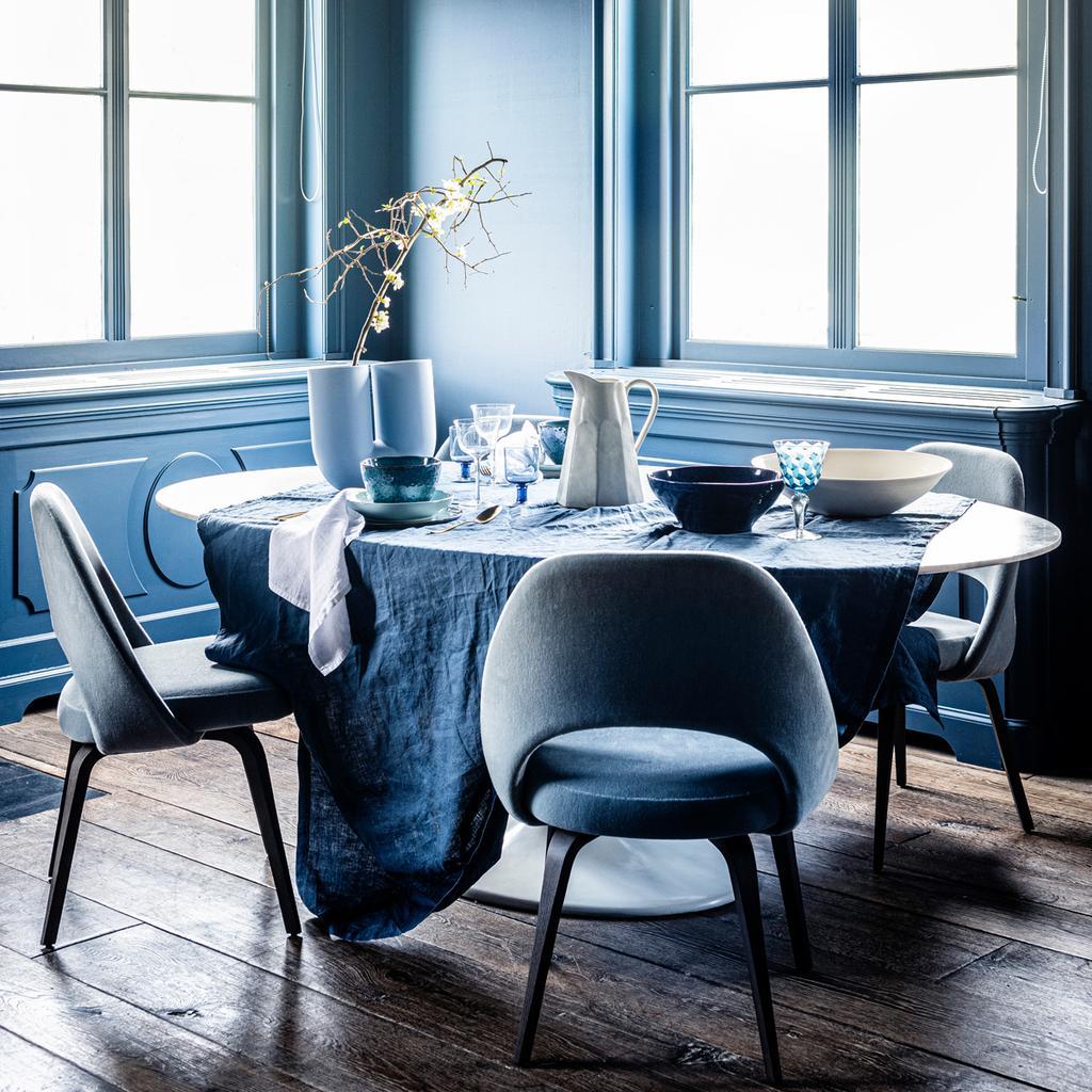 Lichtblauwe eetkamerstoelen en een ronde eettafel
