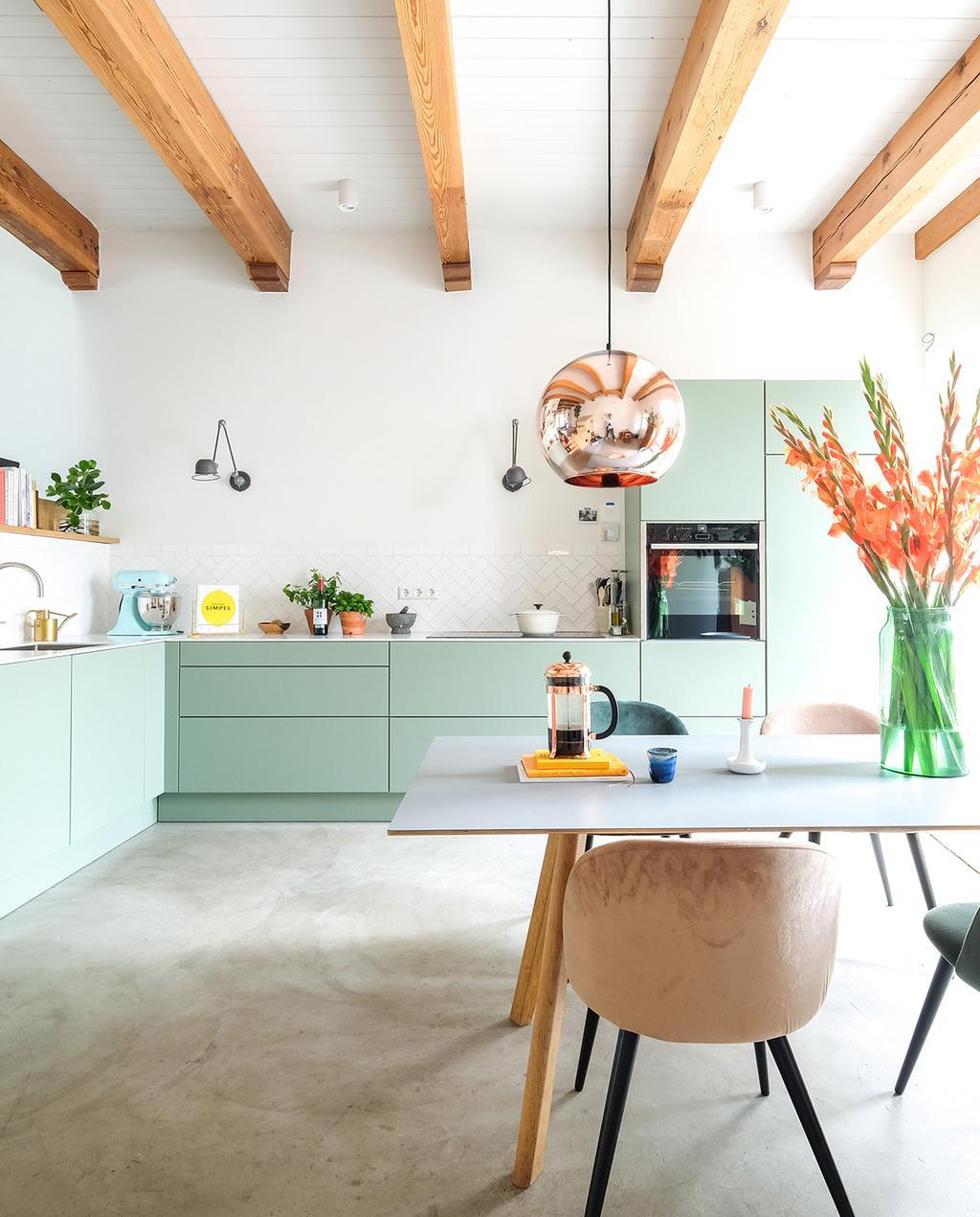 vtwonen 03-2021 | keuken met mintgroene kasten en eettafel
