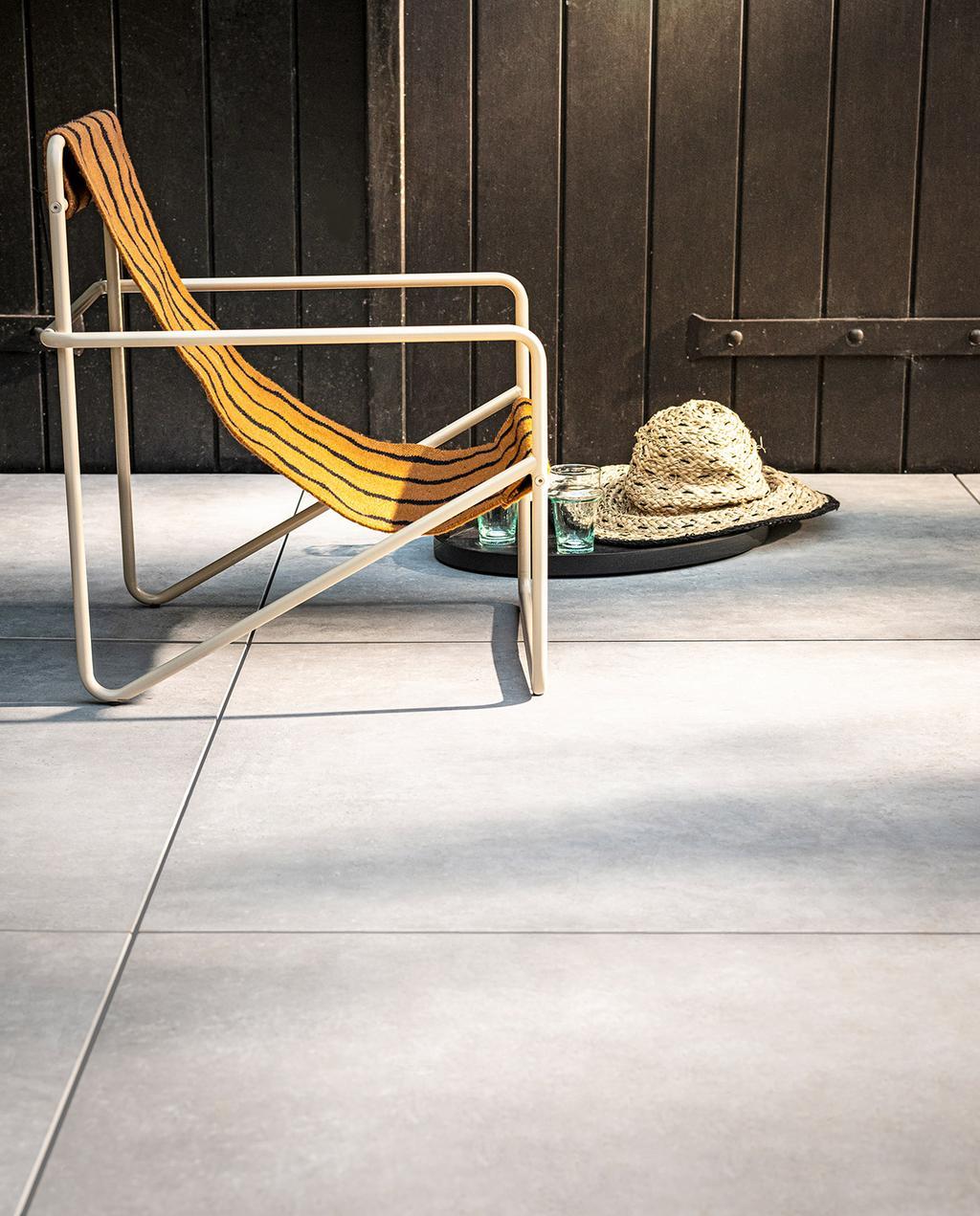 vtwonen 03-2021 | ligstoel in nieuwe buitentegel collectie